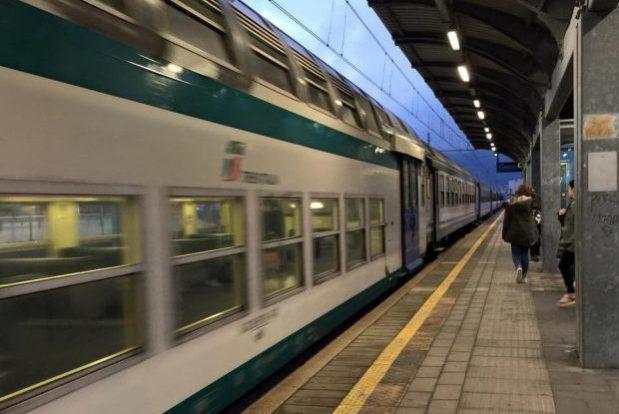 treno in movemento in stazione trenitalia treni