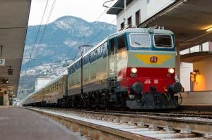 TRENI STORICI locomotiva elettrica d'epoca E656 (in primo piano)