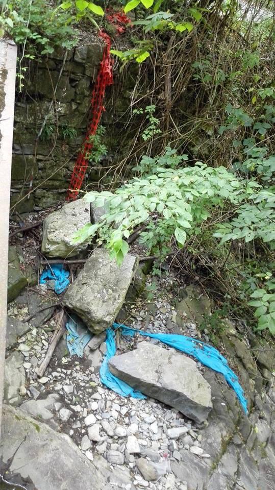 spazzatura rifiuti abbandonati verticale