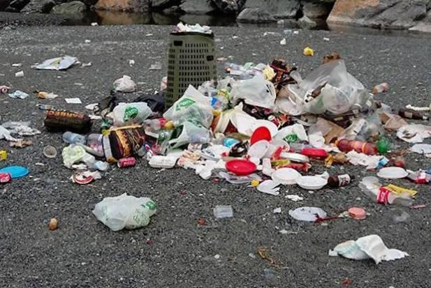 spazzatura spiaggia voltri