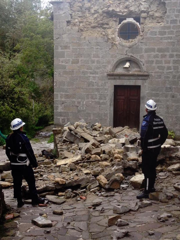 polizia municipale nella zona del terremoto