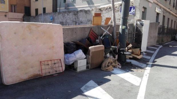 mobili in strada rifiuti ingombranti