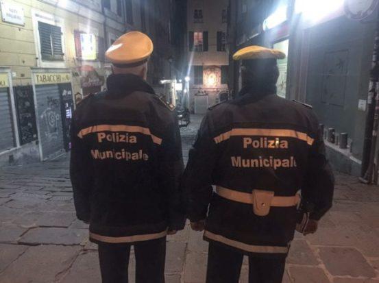 polizia municipale in divisa nel centro storico