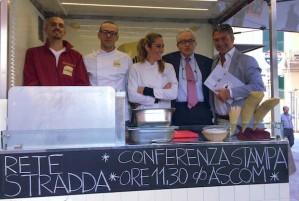 Il presidente Ascom Paolo Odone insieme ad alcuni degli imprenditori di Stradda